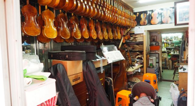 To walk around in the french concession is one of my favorites. The son of the violin maker is  taking a nap. Photo: Björn Lundström