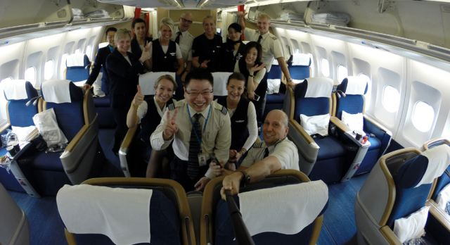 Scandinavian 998 crew and the SAS Duty Station manager in Shanghai, welcomes the passengers. Photo: Björn Lundström