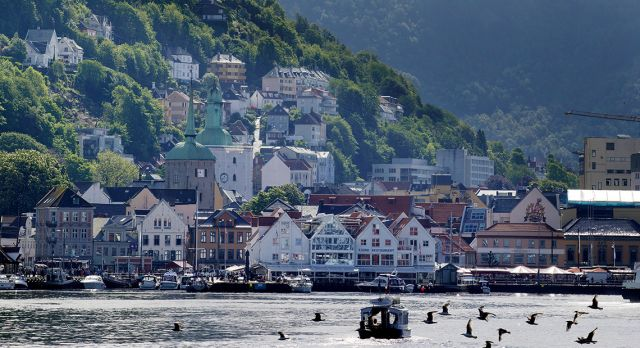The mountains provide a stunning backdrop to the waterfront in Bergen. Photo: Paul Amundsen