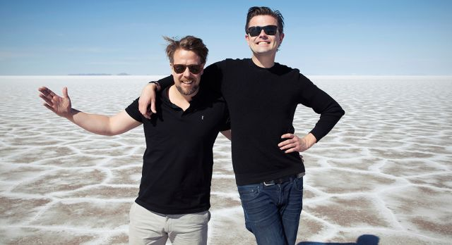 TV-hosts Filip Hammar and Fredrik Wikingsson flies around the world three times in their new show. Foto: Kanal 5