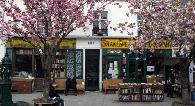 Just across the river from Notre Dame Cathedral lies a legendary bookshop. Foto: William Simon