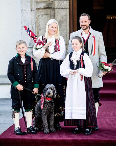 "Say ""hei"" to Crown Prince Haakon, Crown  Princess Mette-Marit and their children. Photo: Getty Images"