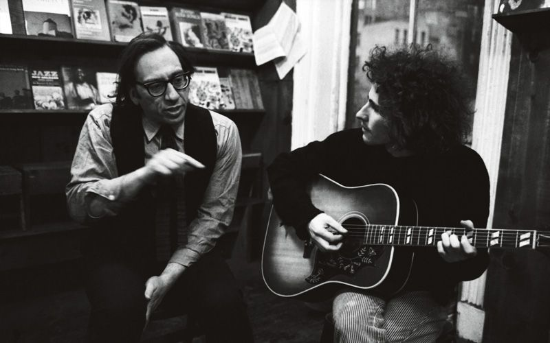 Izzy Young med Tim Buckley på Folklore Center i New York 1969. Foto: Getty Images