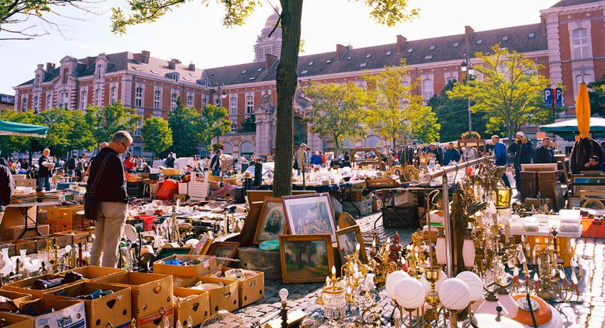 At the flea market at Place du Jeu de Balle  you find everything from antiques to knick-knacks. Photo: Bea Uhart