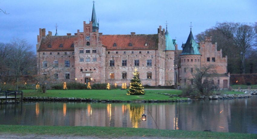 Egeskov castle is home to Funen's largest Christmas market, with 100 stalls. Foto: Egeskov Slot.