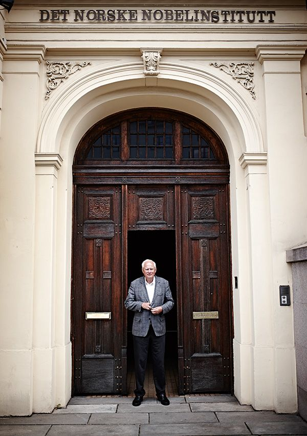 Lundestad in front of the Norwegian Nobel Institute. Photo: Geir Dokken