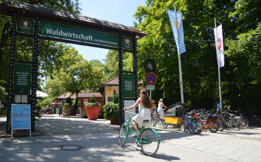 Waldwirtschaft Grosshesselohe is a welcome sight in the heart of the green forest. Photo: Hanne Høiberg