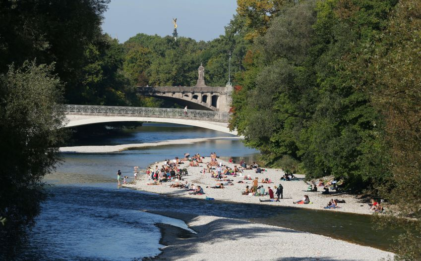 Thanks to a unique restoration project, that has turned the Isar back into the river, (almost) as nature intended, the people of Munich have gained a city center beach. Photo: München Tourismus/Sigi Müller