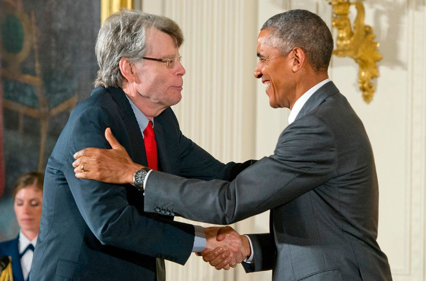 President Barack Obama overrakk '2014 National Medal of Arts' til Stephen King i Det hvite hus i 2015.