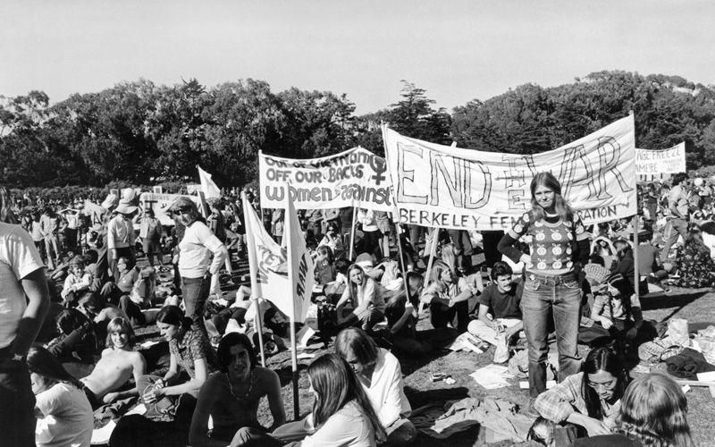 En kvindegruppe ved en demonstration mod Vietnamkrigen Golden Gate Park, San Francisco, Californien, sidst i 1960'erne. Foto: Getty Images