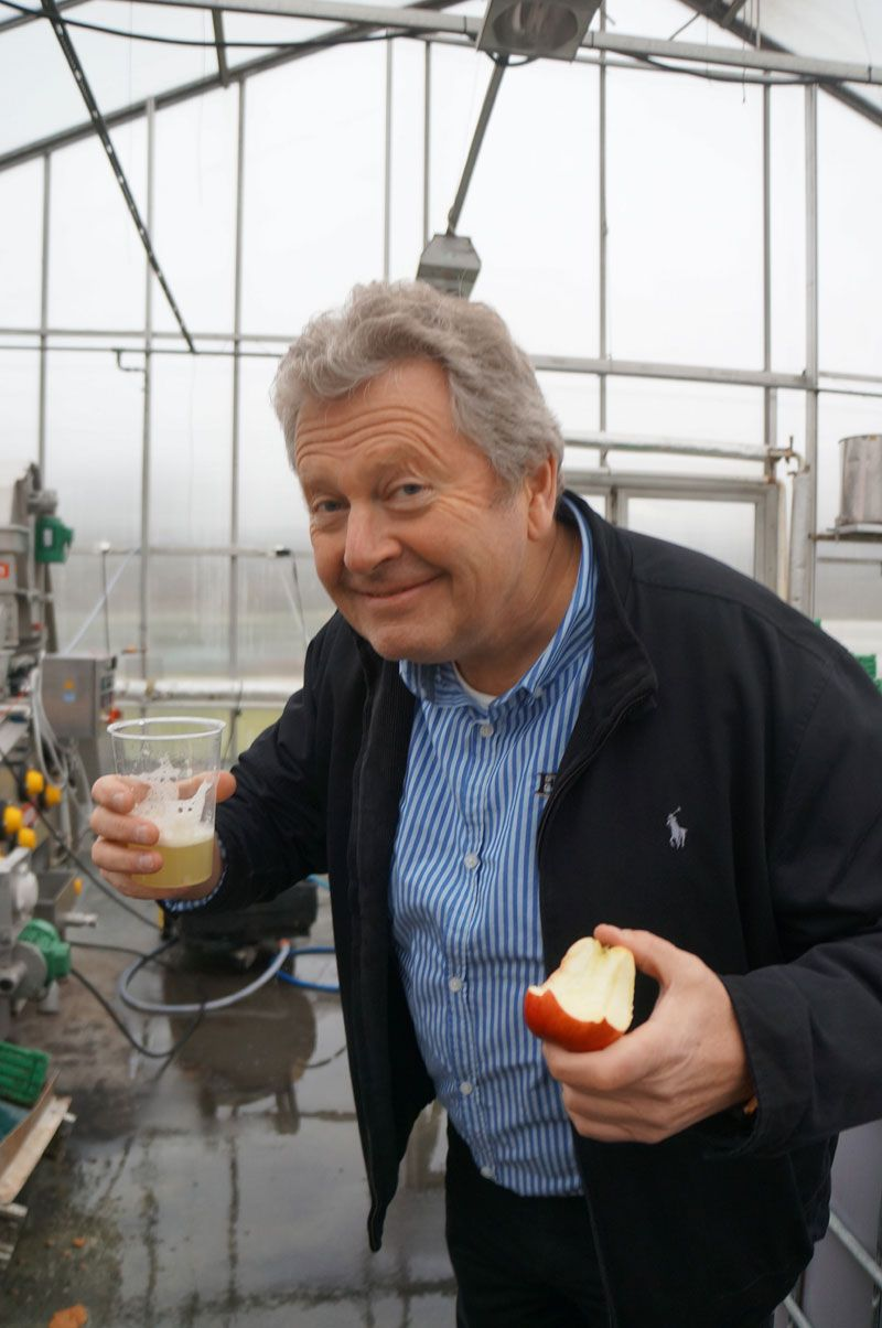 Marius Egge tries his applejuice. He also guides visitors thru a variety of tastings.