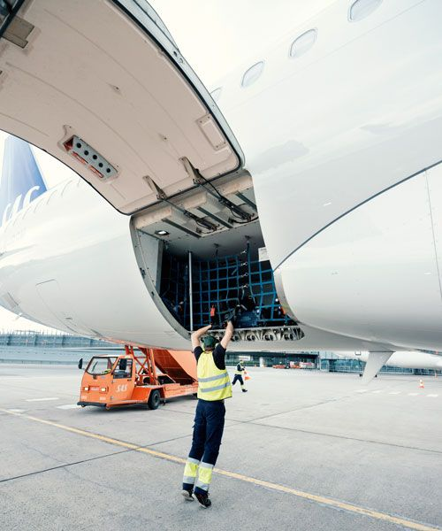 A ramp agent prepares to unload the baggage. Photo: Einar Aslaksen