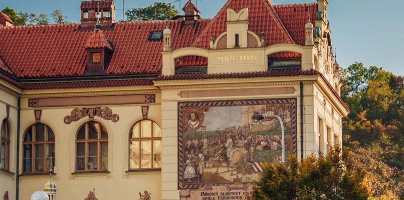 The elementary school of Karlin has a beautiful architectural style.Photo: Clemènt Morin