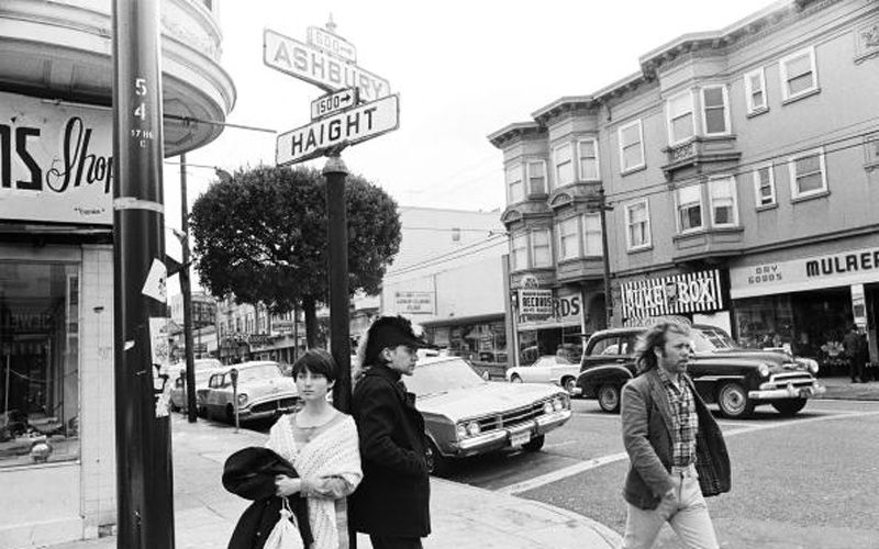 Hippier på et hjørne i Haight and Ashbury Streets, selve episenteret under Summer of Love, i San Francisco, California i mai,, 1967. Foto Getty Images