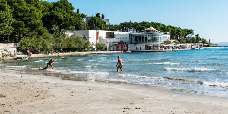 Sun seekers head to the beach Bacvice. Photo: Mauro Rongione