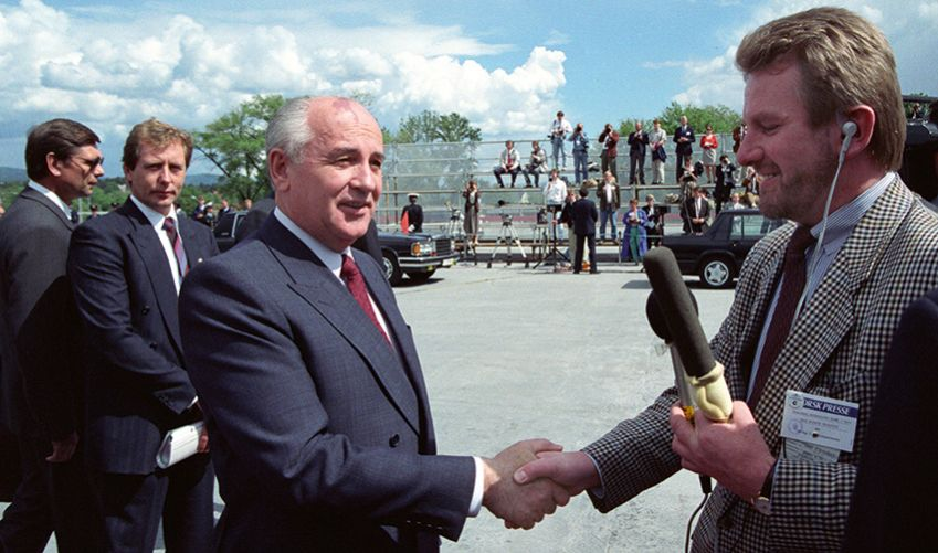 June 6, 1991: Steinfeld greets President Mikhail Gorbachev at Fornebu Airport, Oslo. Gorbachev was in Norway to deliver a thank-you speech for the Nobel Peace Prize he received the year before, but did not dare travel to accept. Steinfeld confronted Gorbachev about Soviet tanks surrounding the parliament building in Vilnius.