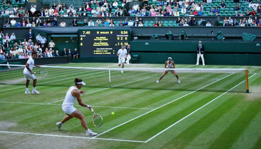 Enjoy a glass of Pimms while watching old and new tennis players compete for the coveted trophy. Photo: Al Bello / Gettyimages