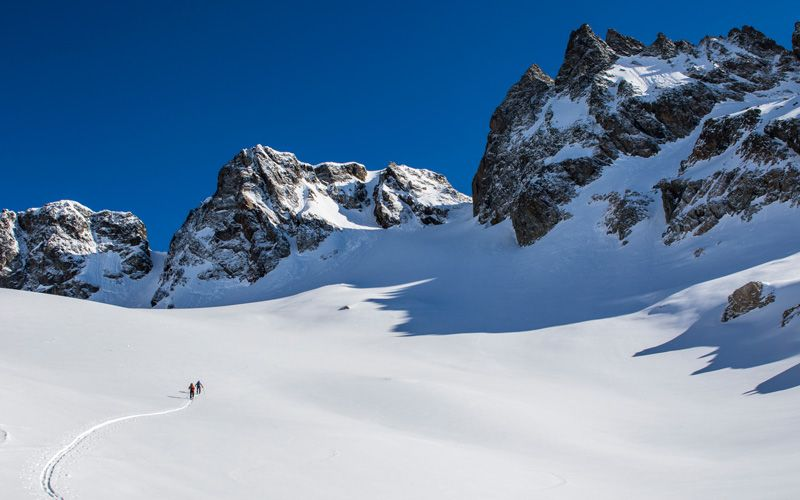 Scandinavian Travelers' reporter Jonas Fond and ski guide Markus Wey on a tour through the magnificent scenery. Photo: Johan Axelsson